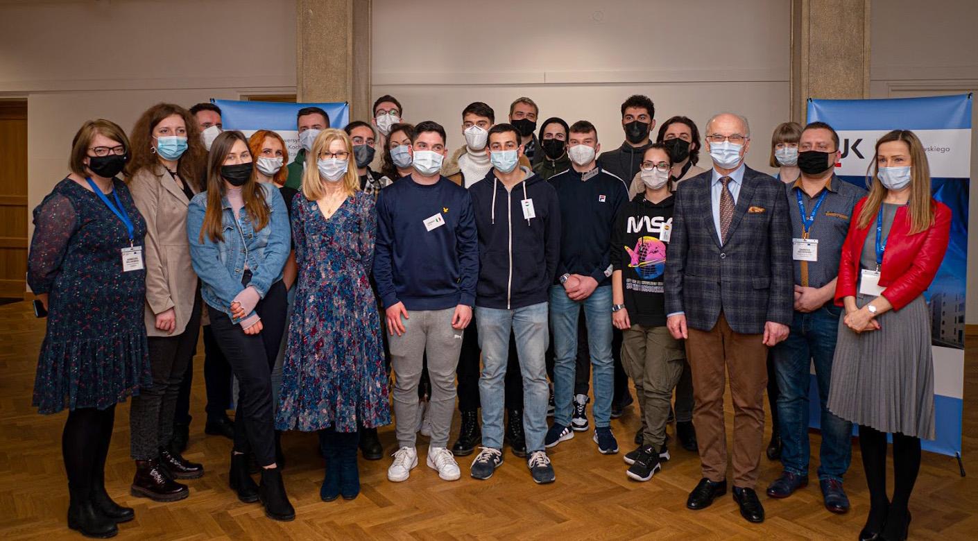 Zdjęcie grupowe. W centrum Rektor UJK oraz Prorektor do spraw Kształcenia.