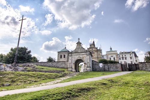 Klasztor na Świętym Krzyżu. Widok budynków w słoneczny dzień.